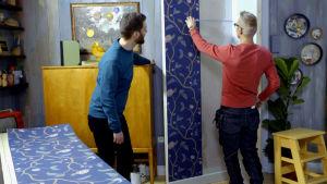 Jim och Jonas tapetserar i Strömsön villan.