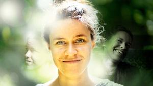Nuori nainen katsoo kameraan ja hymyilee.