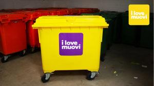 Muovinlajittelua kotipihassa. Keltainen muovinkeräysastia. I love muovi - lajittelu on ratkaisu.