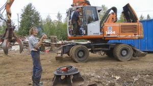 En bild av Stefan Norrlin och en kollega stående på skrotupplaget.