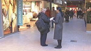 Veronica Kalhori delar ut valreklamer i köpcentrum i Esbo.