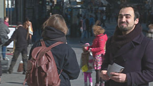 De grönas Ozan Yanar träffar väljare i centrala Helsingfors.