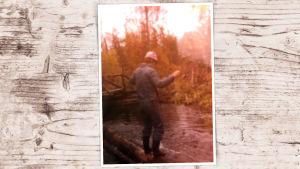 Nuori Juha Sipilä tasapainottelee Lapissa purossa makaavan tukin päällä