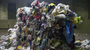 Muovijätepaali hallissa.