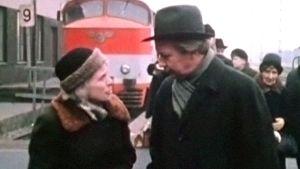 May Pihlgren och Lasse Pöysti på Helsingfors järnvägsstation, 1969