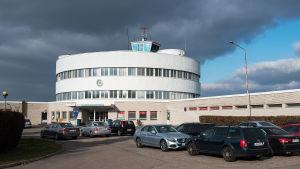 Bilar utanför Malms flygplats terminalbyggnad.