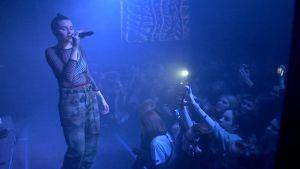 Venäjällä suositun Ic3peak-yhtyeen laulaja Nastja Kreslina lavalla Pietarissa.