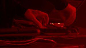 Yksityiskohta käsistä ja syntetisaattorista venäläisen Ic3peak-yhteen konsertissa