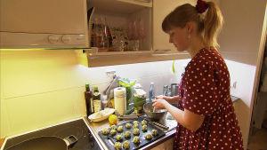 ung kvinna lagar mat