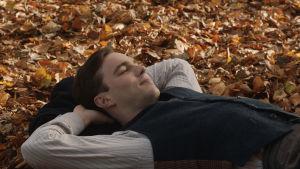 Tolkien l(Nicholas Hoult) igger på rygg i höstlöven.