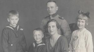 vanha valokuva päähenkilön perheestä