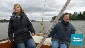 Mikromuovitutkija Pinja Näkki ja toimittaja Jussi Nygren etsivät muoviroskia Suomenlahdelta.