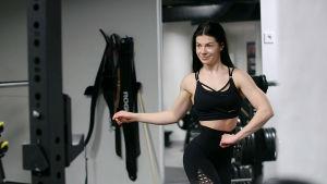 Fitness-urheilija Pernilla Böckerman harjoitteluu poseeraamista kuntosalilla.