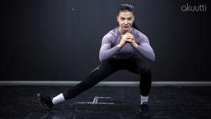 Fitness-urheilija Pernilla Böckerman venyttelee valokuvausstudiossa.
