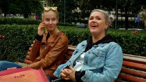 Muusikot Emily Frost ja Maija Kauhanen Maijan puistossa.