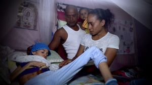 Mary Peralez sairaan poikansa vuoteen ääressä