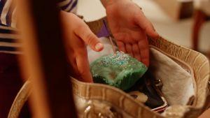 Vilda lägger en tårtbit in en väska.
