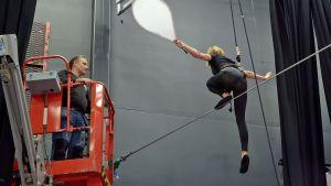 Maneesimestari Jouni Kivimäki valvoo nuorallakävelijän harjoittelua Sorin sirkuksessa