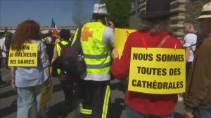 """""""Vi är alla katedraler"""", säger en demonstrant i Paris 20.4.2019"""
