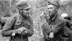 """Etulinjan """"veteraaneja"""" juttutauolla Vuosalmen sillanpääasemassa 24.7.1944."""