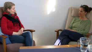 Veronica Solje och Maria Pörtfors sitter i fotöljer och diskuterar.