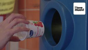jogurttipurkkia laitetaan palautusautomaattiin