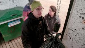 Kari Laasasenaho punnitsee muoviroskia