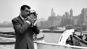 Cary Grant kuvaa kaitafilmikameralla