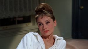 Audrey Hepburn valkoisessa kylpytakissa elokuvassa Aamiainen Tiffanylla