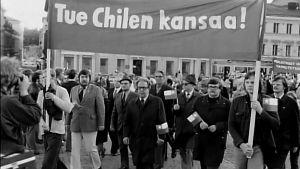 Mielenosoitus Helsingissä Chilen vallankaappauksen vuosipäivänä 11.9.1974.