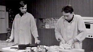 Jaakko Kolmonen ja Veijo Vanamo valmistavat vappuruokaa pakastekanasta (1972).