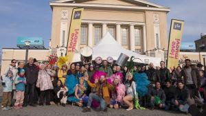 Ihmisjoukko kerääntyneenä Tampereen keskustorille I love muovi -kampanjan merkeissä.