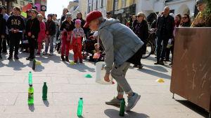 Lapsi pelaa I love muovi -kampanjaan liittyvää peliä Oulun Rotuaarilla.