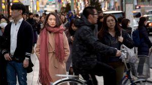 Shiori Ito seisoo kadulla.