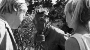 besprutning i dramafilm, man med mask för ansiktet