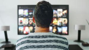 En man som tittar på tv.