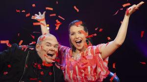 Programledarna Johan Lindroos och Eva Frantz i konfettiregn