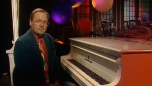 Risto Hiltunen istuu flyygelin edessä ohjelmassa Ristorante.