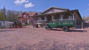 Geta Nostalgi och motormuseum från utsidan, en grön lastbil framför