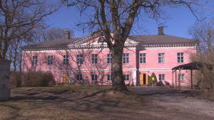 Den ljusröda herrgården Korpo gård i nyantik stil