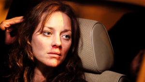 Marion Cotillard istuu, nenästä vuotaa verta.