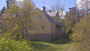 Ett stort gult hus som hör till Åbo Akademis Husö biologiska station på Åland