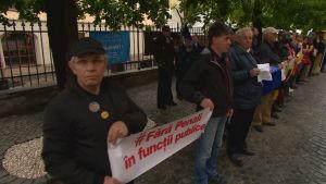 Demonstration utanför det styrande socialdemokratiska partiets kontor i Sibiu.
