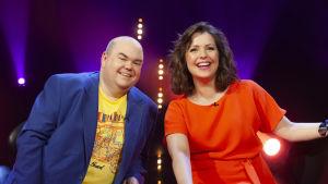 Programledarna Johan Lindroos och Eva Frantz