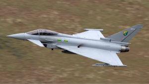 Eurofighter Typhoon -hävittäjä lentää maaston yläpuolella.