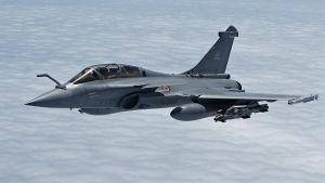 Ranskalainen Rafale -hävittäjä lentää pilvien yläpuolella.