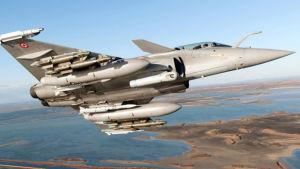 Ranskalaisen Rafale-hävittäjä lentää, jolloin näkyy sen aseistus.