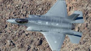 Hävittäjä F-35 lentää matalalla Mojaven autiomaassa Kaliforniassa.