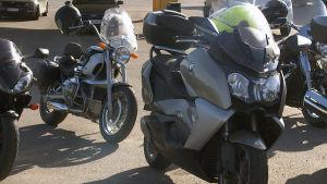 Ett flertal parkerade motorcyklar
