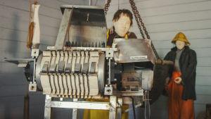 Giljotiinimainen kone, minkä avulla leikattiin silleiltä päät poikki.